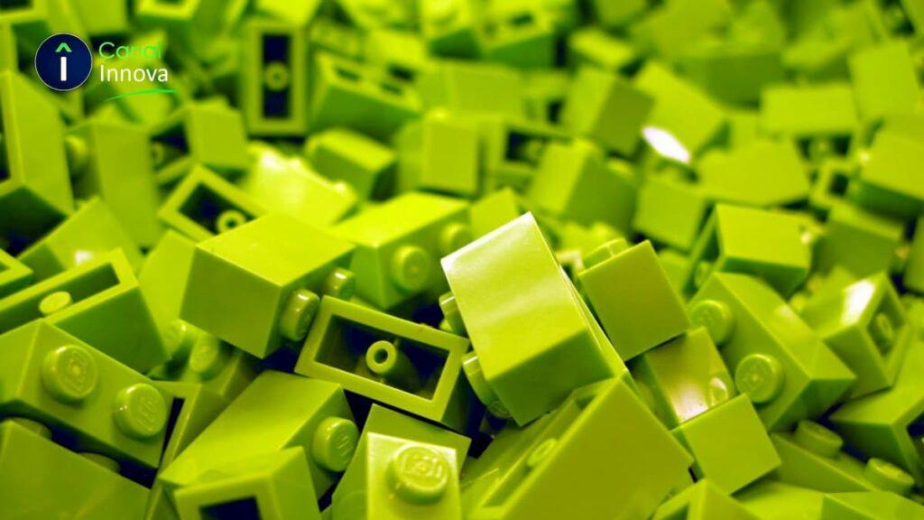 Lego ha estado cambiando los materiales de sus famosos ladrillos por plásticos biodegradables a base de aceite.